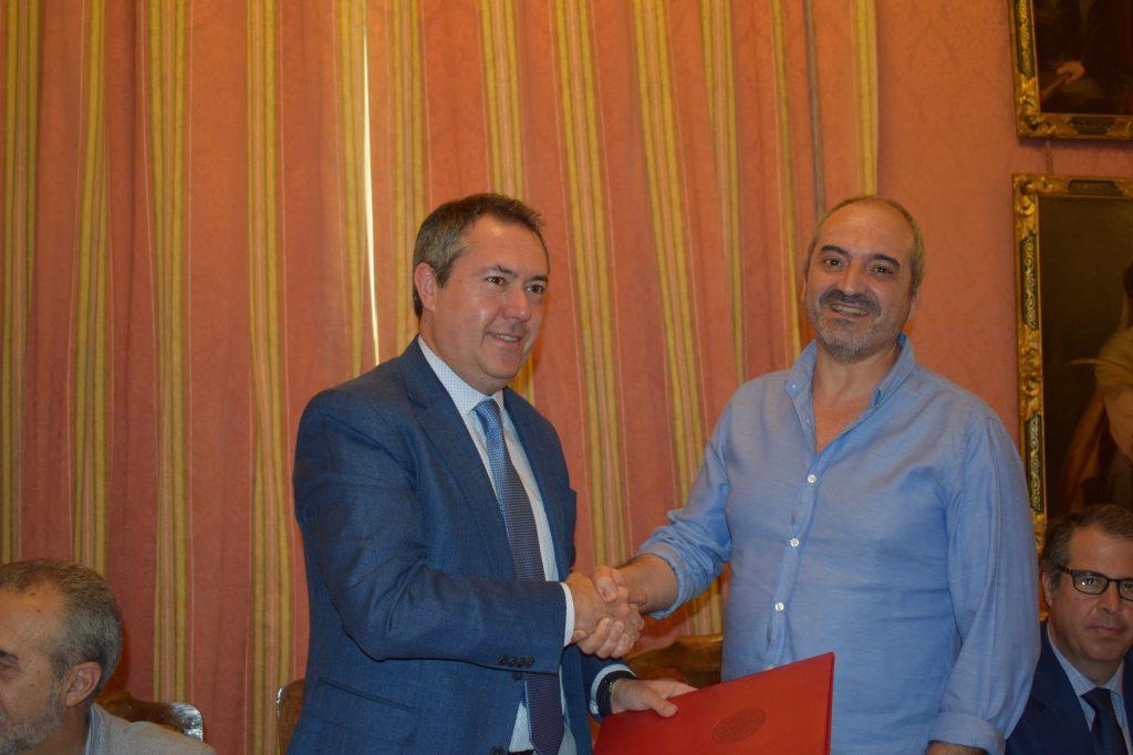Juan Espadas, alcalde de Sevilla, y Diego García, presidente de Adhara, en la firma de la Declaración de París